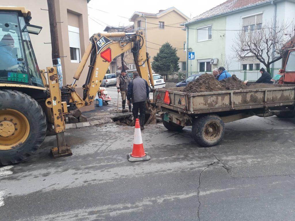 Havarije u nekoliko gradskih ulica, kopaju tek postavljeni asfalt