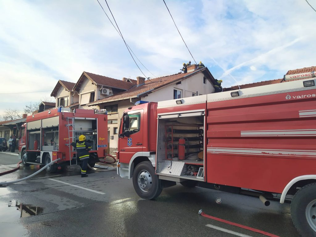 Požar na Hisaru, vatrom zahvaćena tri stana, uništen vrtić