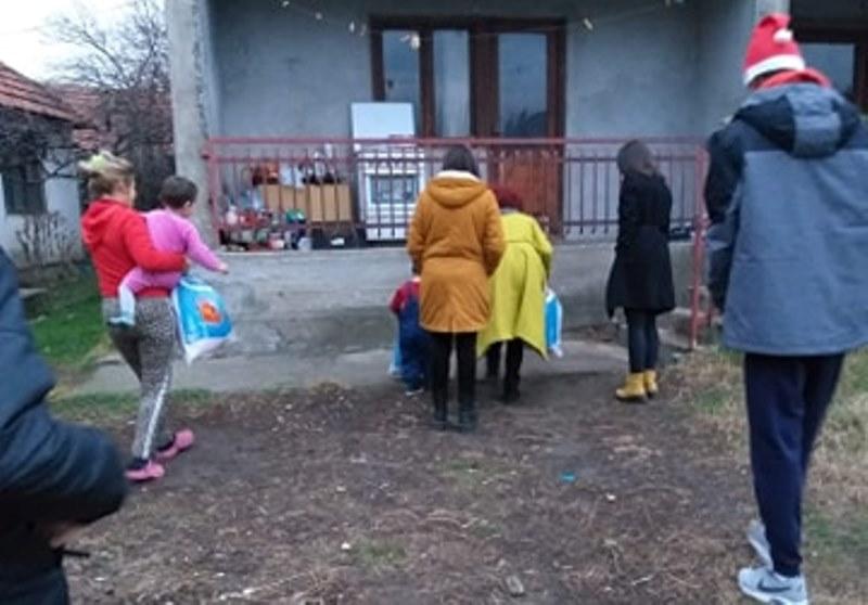 Gimnazijalci iz Lebana poklonili paketiće ugroženoj deci