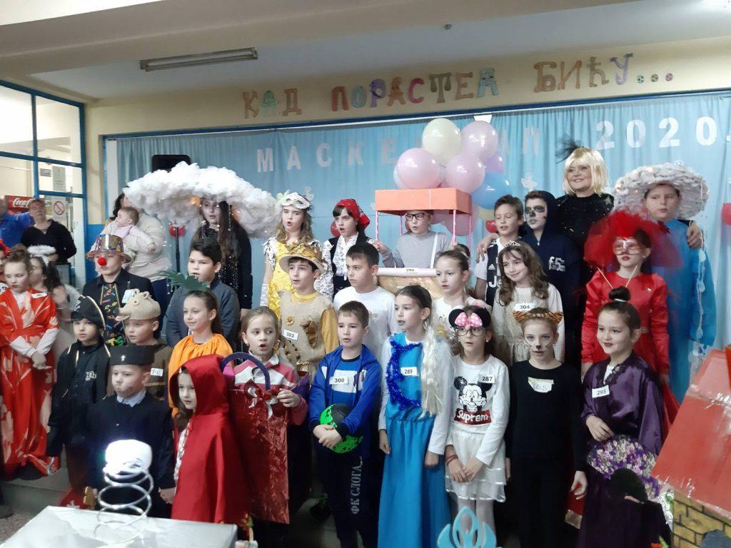 Zajednički novogodišnji maskenbal dece i roditelja u leskovačkoj osnovnoj školi