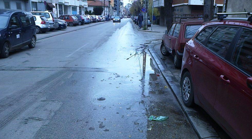 Trula veza, voda na ulici, pune šahte… Nekoliko ulica bez vode do 15 časova
