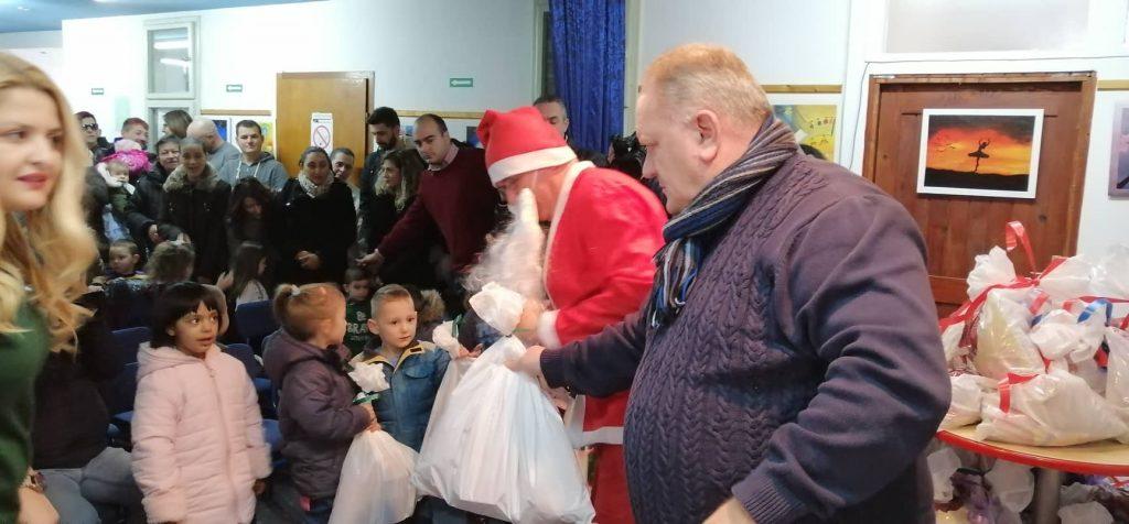 Građani donirali, gradonačelnik delio paketiće