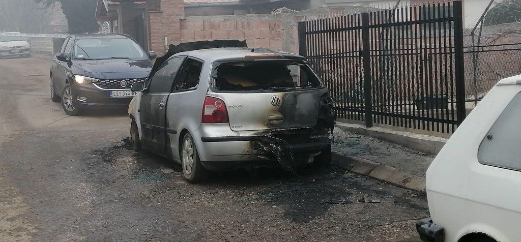 Zapalili automobil advokatici u Leskovcu
