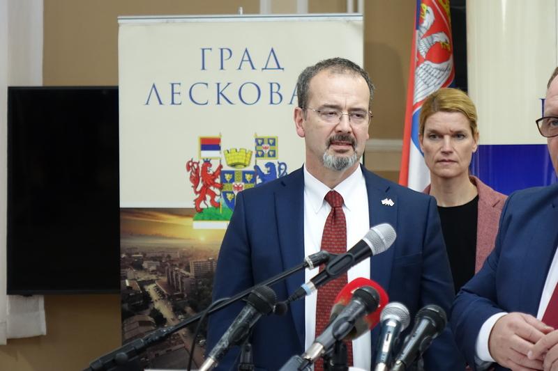 Aplauzi za američkog ambasadora u Skupštini Leskovca (video)