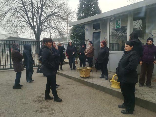 Štrajk sezonskih radnika ispred kapije Jugproma u Leskovcu