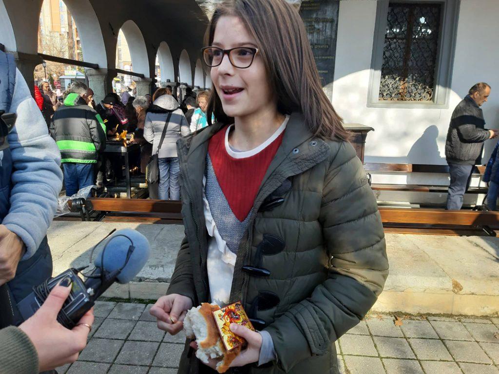 Zlatni novčić u rukama devojčice Lee Vučković