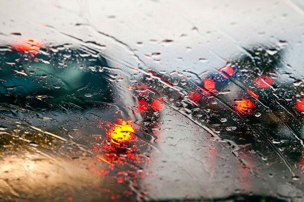 Oluja na jugu Srbije, upozorenje za vožnju kroz Grdeličku klisuru, u Nišu vetar oborio drvo
