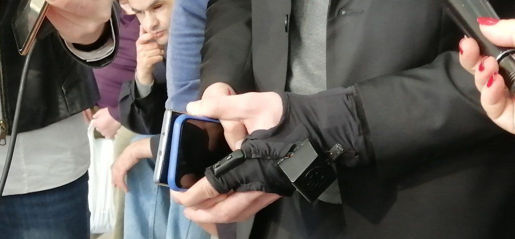 Domaća pametna rukavica za slepe koja prepoznaje novčanice i boje promovisana u Leskovcu