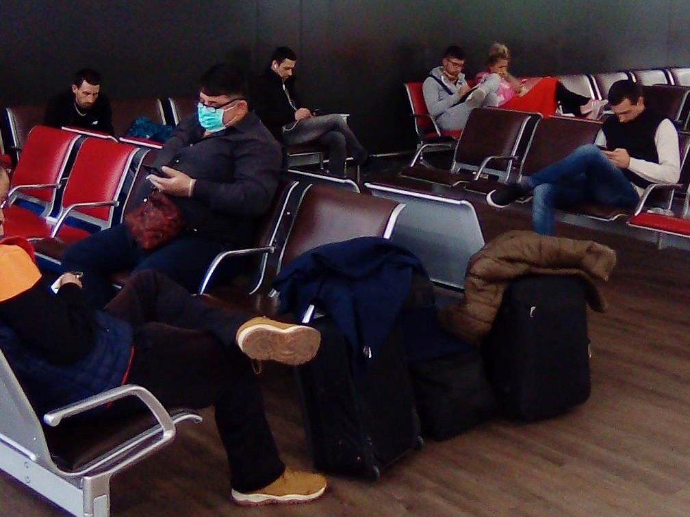 Srbi zarobljeni na aerodromu u Parizu stupili u štrajk glađu – (VIDEO)