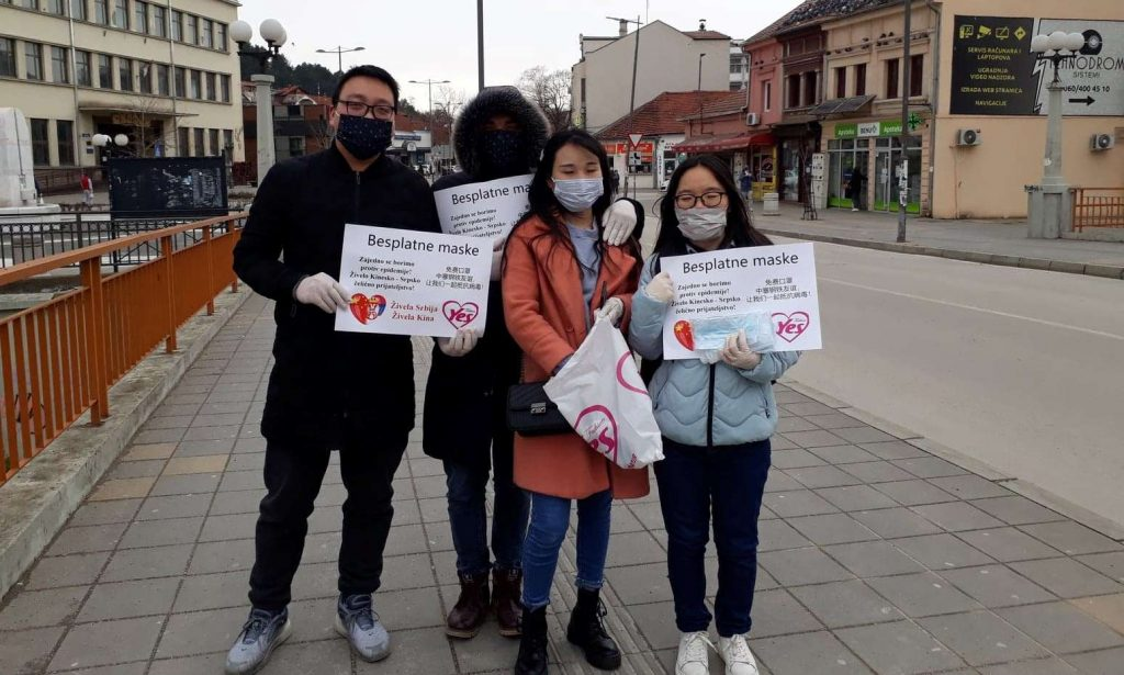 Kinezi na ulici delili maske Leskovčanima