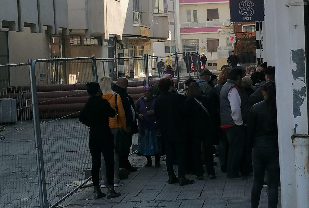 Stari i mladi stisnuti ispred Poštanske štedionice u Leskovcu