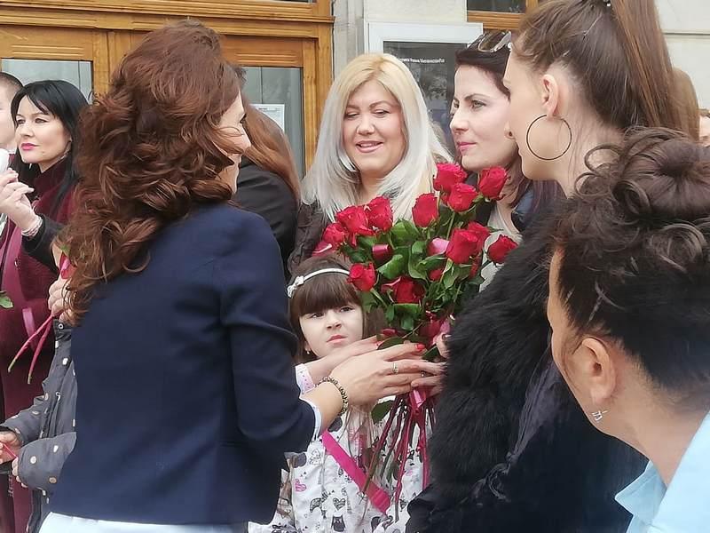 Žene Foruma SNS delile ruže i motivacione poruke svojim sugrađankama