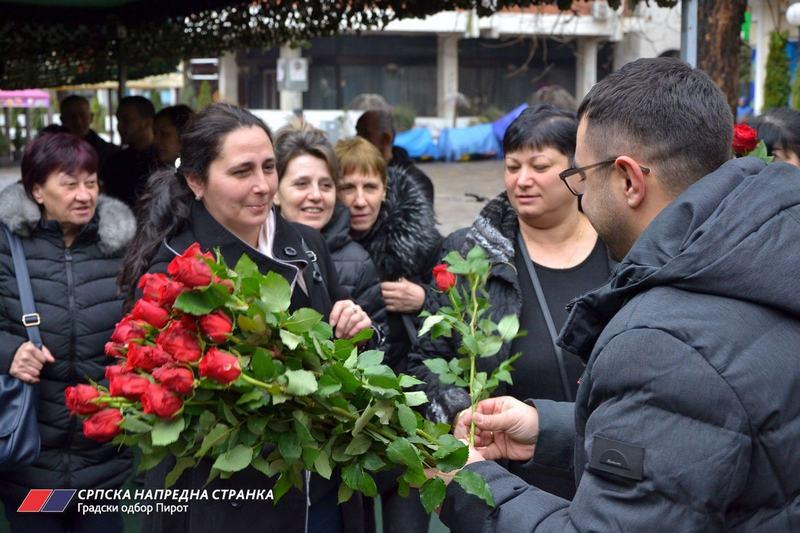 Hiljadu cvetova za pripadnice lepšeg pola u Pirotu