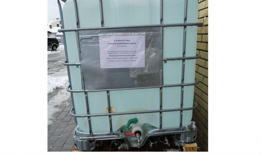 Cisterna sa dezinfekcionim sredstvom ispred zgrade opštine radnim danima od 9 do 14 časova