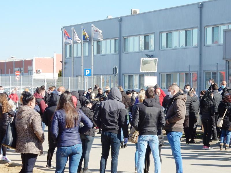 """Radnici """"Jure"""" protestuju, traže zatvaranje fabrike zbog obolelih kolega od virusa korone"""