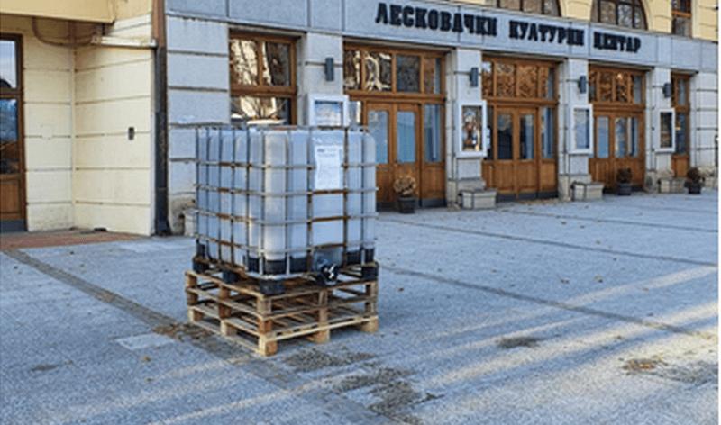 Kanisteri sa dezinfekcionim sredstvom sutra ispred Pošte i Leskovačkog kulturnog centra