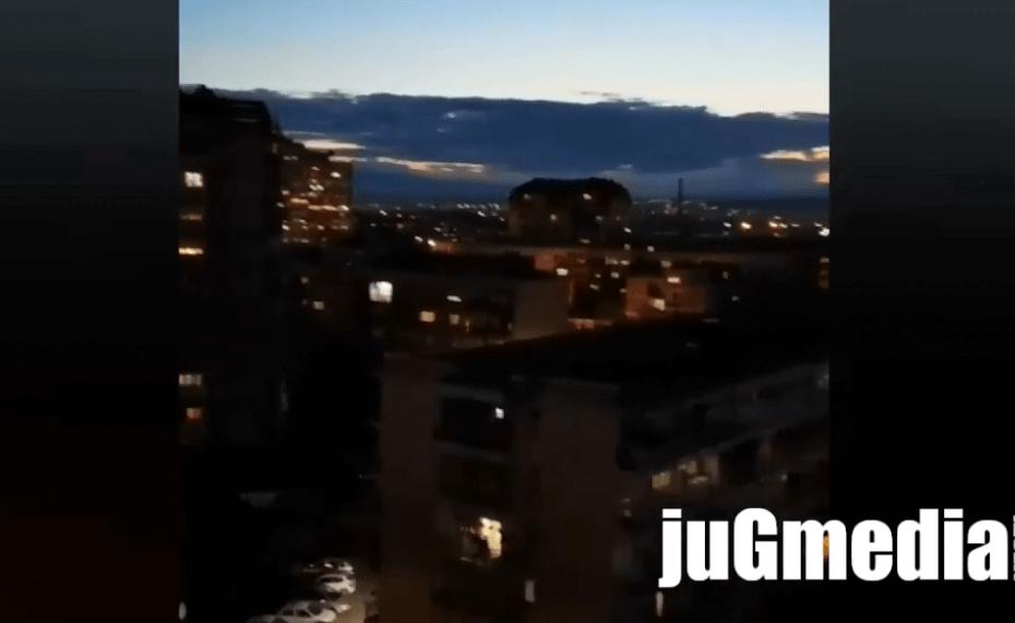 Nasnimljenim skandiranjima i bakljama protiv udaranja u šerpe, eksplozija petardi, zvižduka i pištaljki (video)