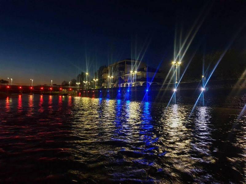 Kej na Vlasini sinoć u bojama srpske zastave kao podrška obolelilma od korone