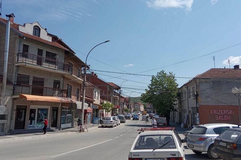 Na ulicama Vlasotinca manje šetača, a građani traže krivca što se korona razbuktala