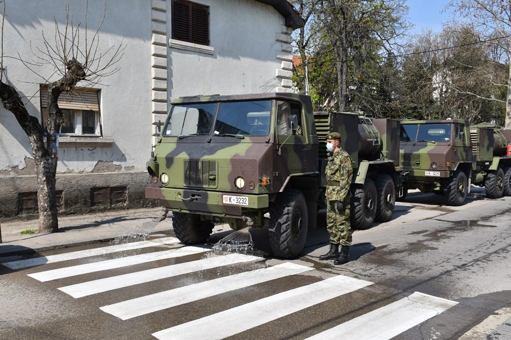 Vojska Republike Srbije dezinfikuje zdravstvene ustanove i ulice u Leskovcu