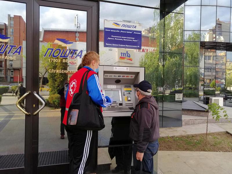 Volonteri Crvenog krsta dežurali i ispred bankomata