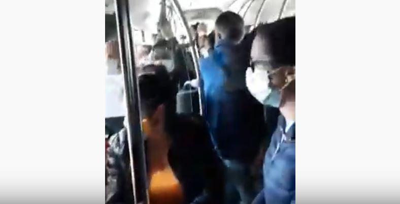 U autobuskom prevozu od Leskovca do Vučja putnici se voze zgužvani jedni preko drugih (VIDEO)