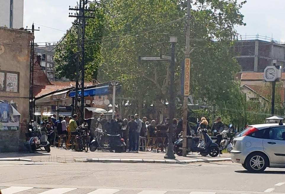 """NEODGOVORNOST U Nišu u kafićima k'o u košnici, u  Leskovcu tajni korzo i masovna okupljanja na """"obilaznici"""""""