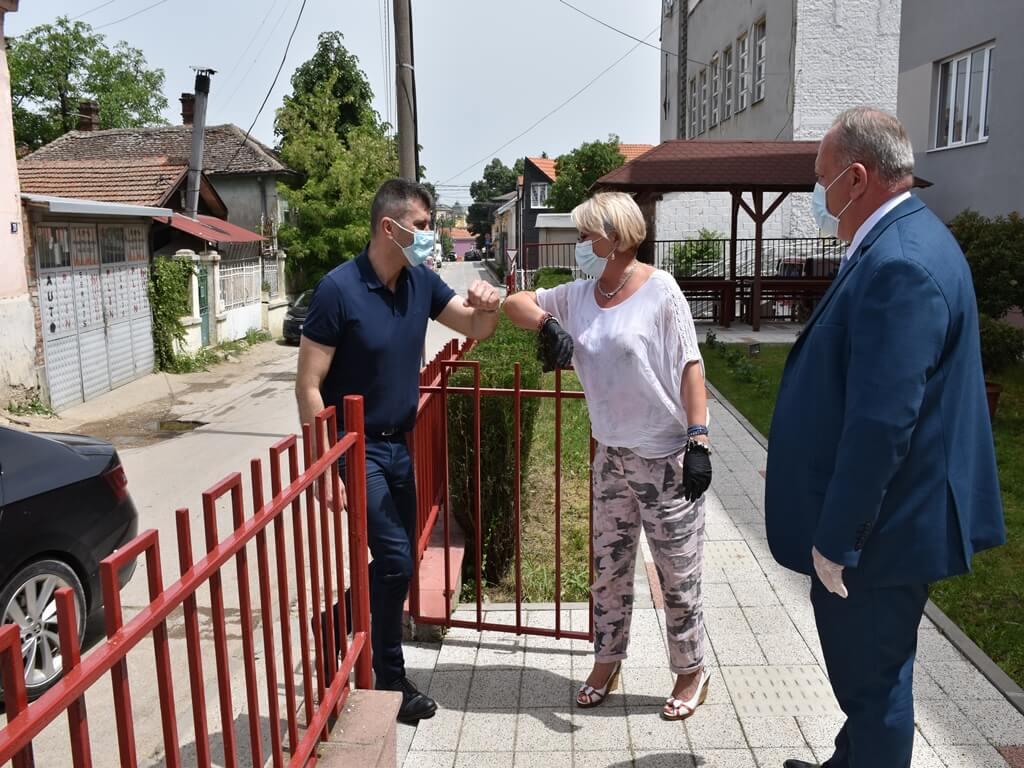 Ministar Đoređević doneo opremu u Dom za starije i obećao stalna radna mesta