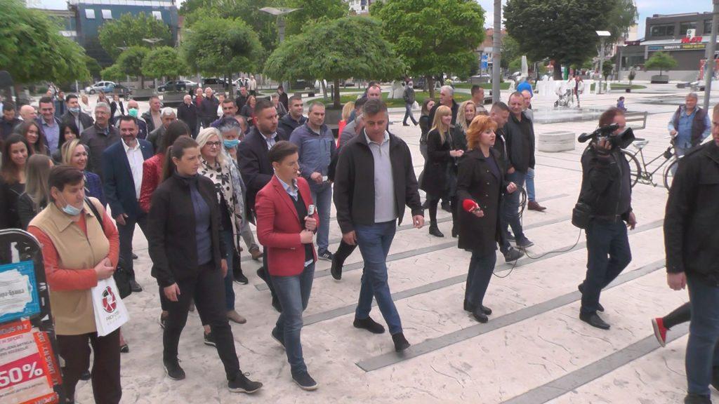 Ana Brnabić prošetala centrom Pirota, a građani su imali štošta da joj kažu (VIDEO)