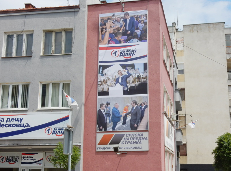 SNS u Leskovcu promenila reklamni pano, nema više fotografije s Korejcima