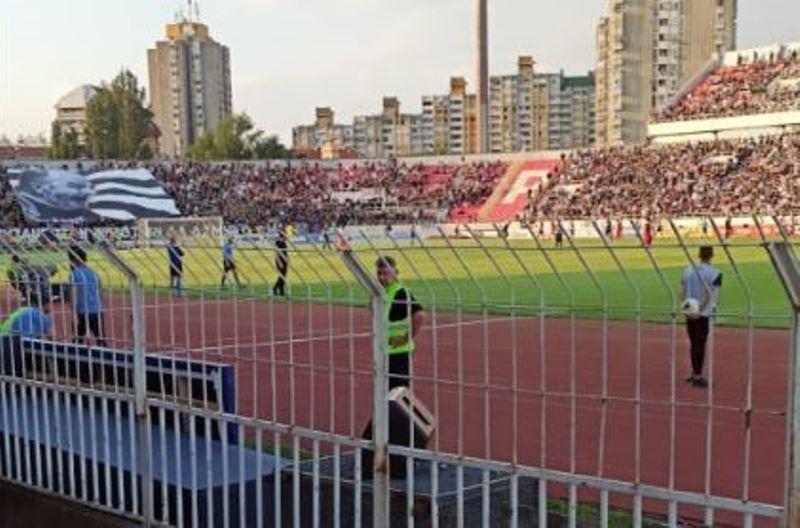 Na Čairu na finalu Kupa hiljade navijača koji ne poštuju distancu, u grupama se kretali i niškim ulicama