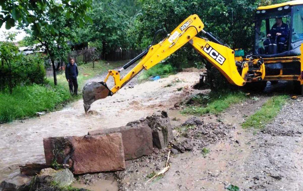 Bujične vode iz sela Nišor sručile se u naselje Radin do