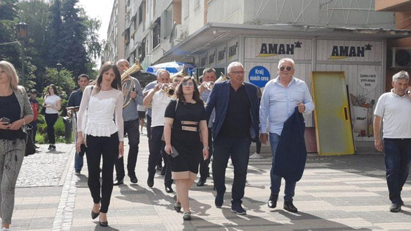 Narodni blok za slobodu leskovačkih medija, Velja Ilić prošetao gradom sa trubačima