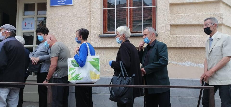 Otvorena birališta, penzioneri u Leskovcu formirali redove pre 7 sati (VIDEO)