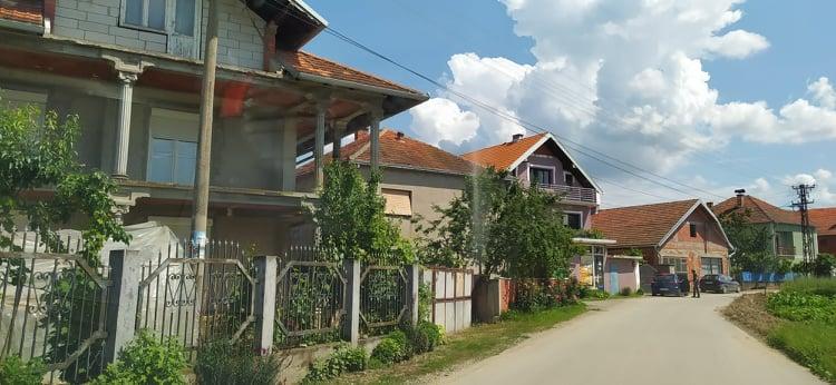 (Video i foto priča) Selo sa lepim i polupraznim kućama, gasterbajterima i sa najstarijim devojkama i momcima