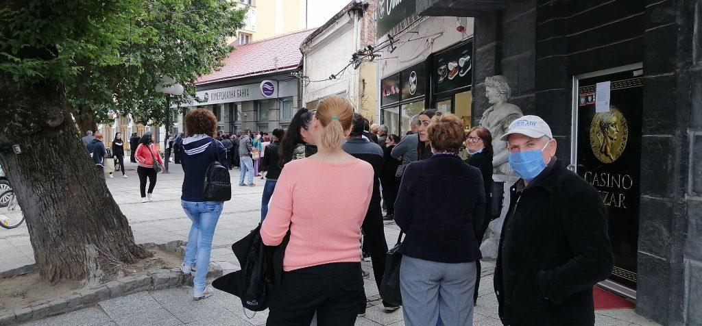 Dugački redovi za 100 evra – Pitali smo građane na šta će da ih potroše