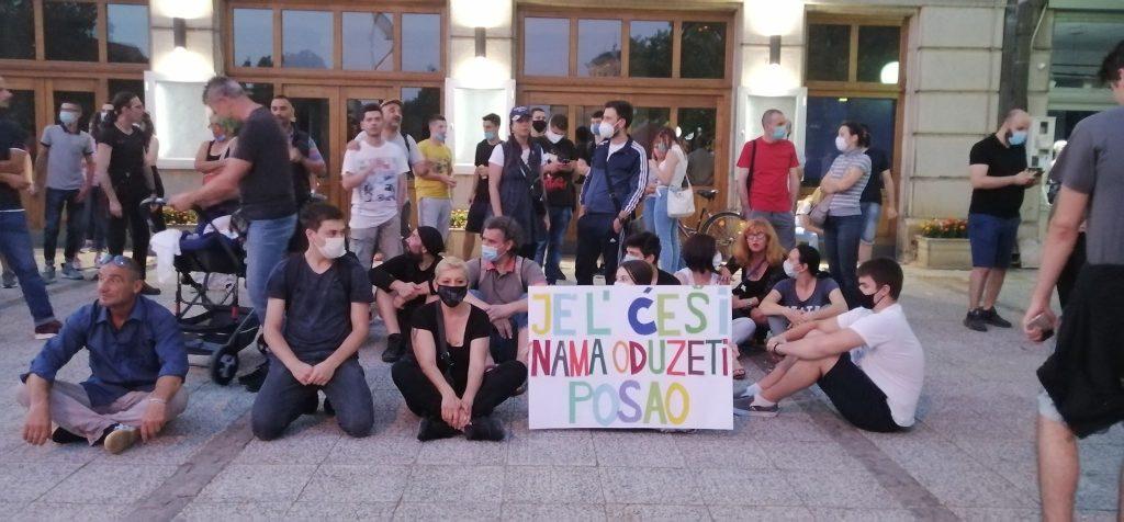 Stotinak Leskovčana mirno protestovalo na Širokoj čaršiji, par metara dalje gradonačelnik gostovao na lokalnoj televiziji