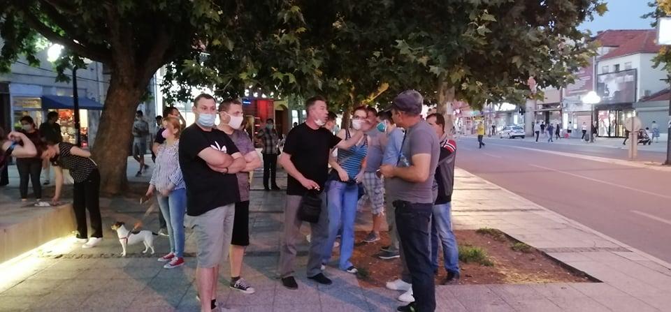 Na protestima u Leskovcu tridesetak omladinaca, desetak opozicionara i jedan pamflet – pozivali građane da im se pridruže