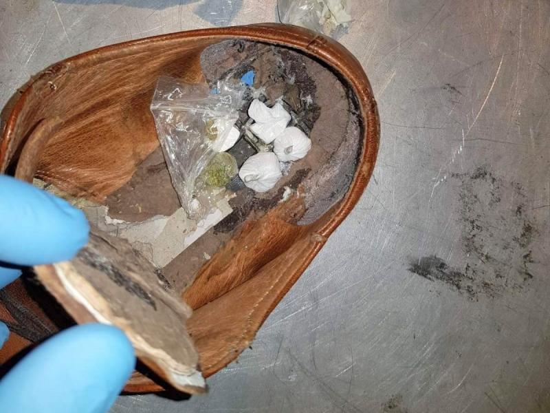 U đonu cipela sakrio marihuanu, hašiš i kokain