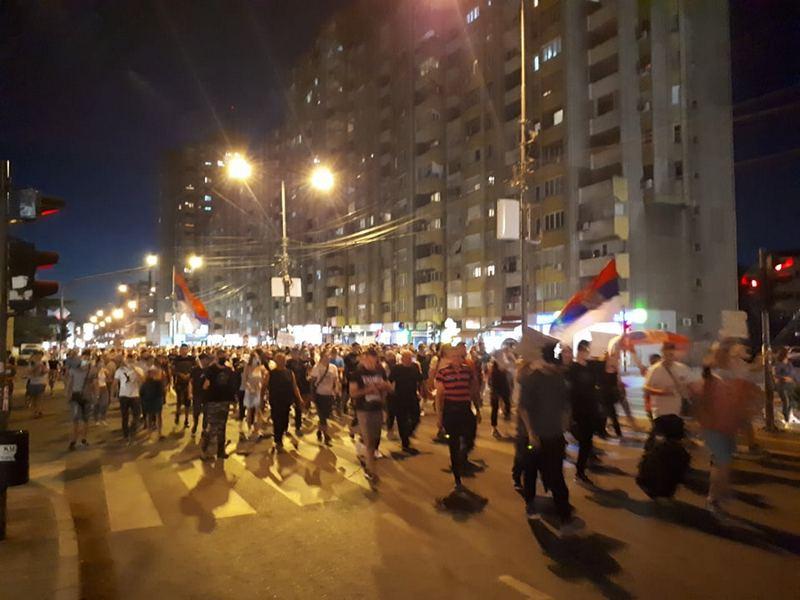 Niš: Demonstranti aplaudirali lekarima, a negodovali protiv policijskog obezbeđenja sedišta SNS-a