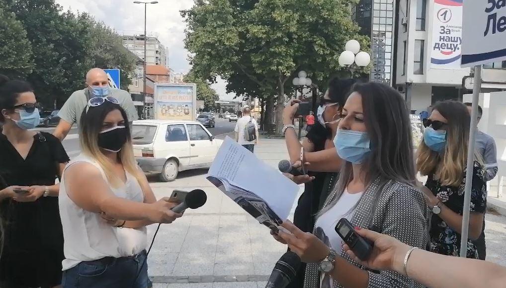 Deljenje SNS informatora u Leskovcu nije prošlo glatko, čuo se povik: Sram vas bilo! (video)