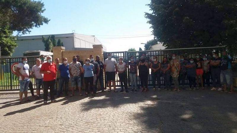 Protest sezonskih radnika ispred hladnjače Jugproma u Leskovcu