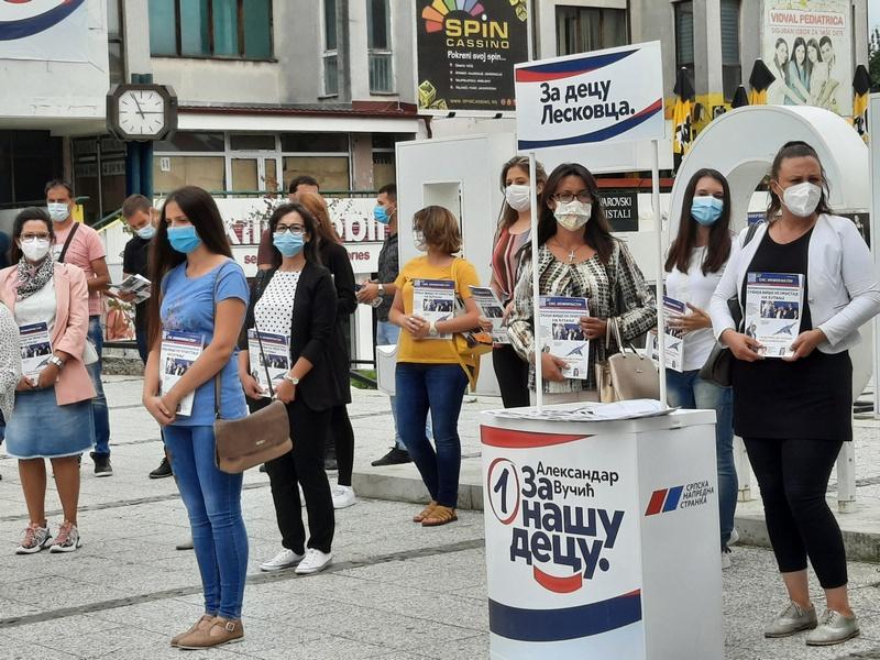 Savet za omladinu SNS-a delio stranački časopis u centru grada
