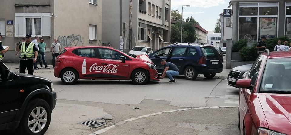 Saobraćajka u centru Leskovca, deformisano Coca-Colino vozilo