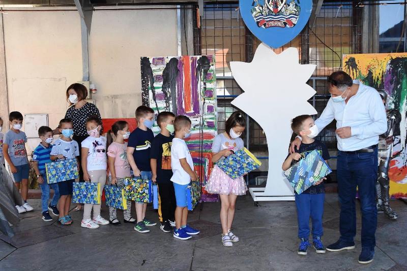 Opština Surdulica uručila poklone i po 5.000 dinara najmlađim đacima