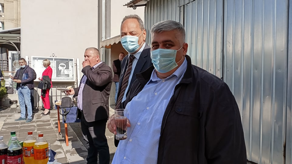 Odbornici vlasti i opozicije u Leskovcu na kafici povodom slave SNS-a