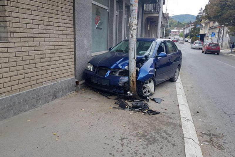 Vozio bez dozvole, udario u automobil, pa se zakucao u banderu
