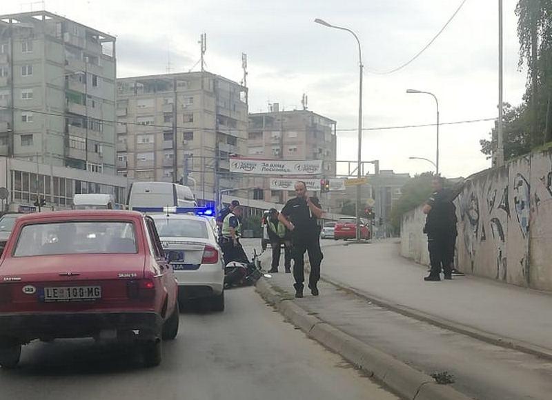Postrojavanje uza zid zbog saobraćajke u Leskovcu