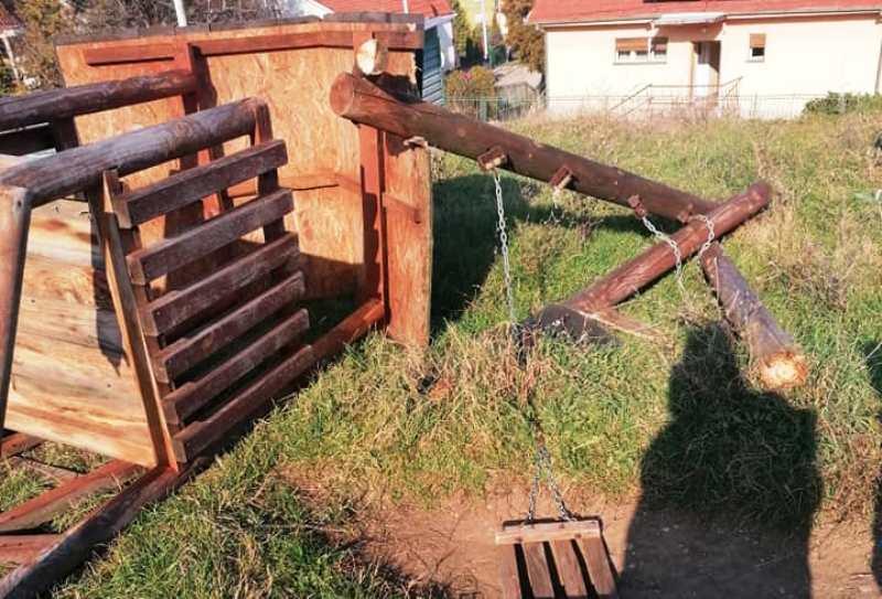 Tokom noći omladinci uništili još jedno igralište – Gradonačelnik: Platiće njihovi roditelji