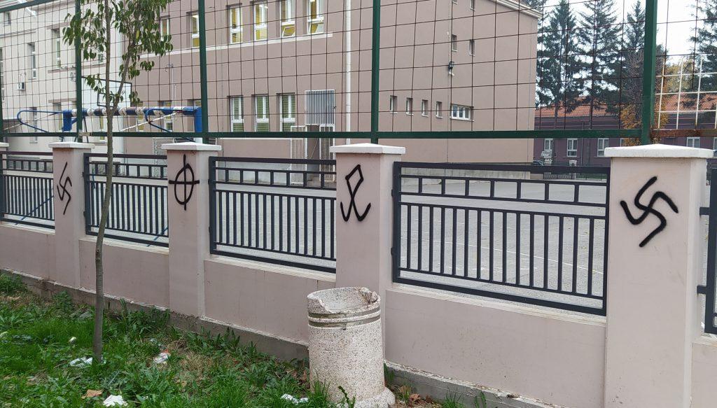 Fašistički simboli osvanuli na ogradi osnovne škole u Leskovcu